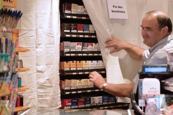 9 sept. 2012, un buraliste parisien a recouvert comme ses confrères son linéaire d'un linceul blanc en signe de protestation