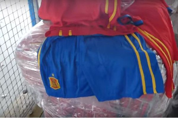 Les faux maillots de l'équipe d'Espagne saisis par la Douane Française