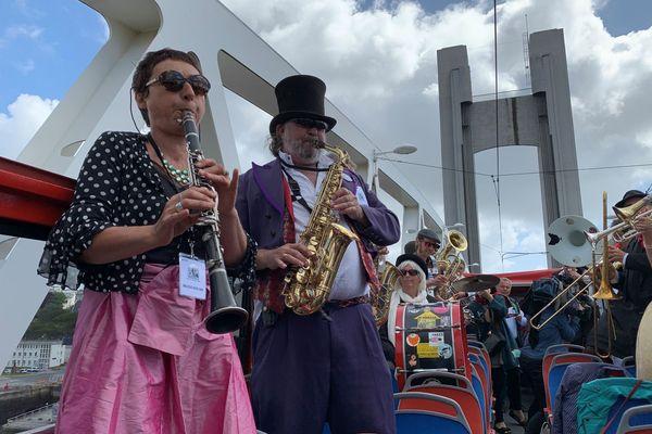 Une fanfare qui sillonne les rues perchée sur un bus à impériale... Brest fête la musique à sa manière