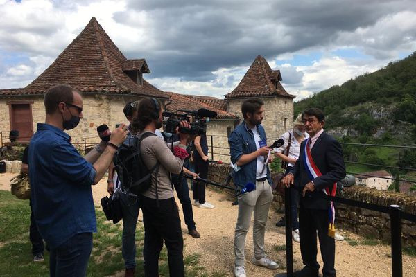Saint-Cirq-Lapopie (Lot) - les médias ont envahi la cité avant l'arrivée d'Emmanuel Macron - 2 juin 2021.