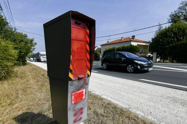 Dans les Alpes-Maritimes, des radars ont été vandalisés de la même manière que celui ci, tagué le long de la route nationale 7 dans le Loiret.