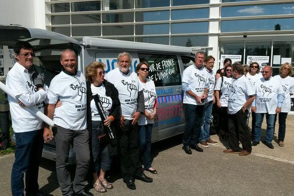 Les médecins de la CSMF devant l'Agence Régionale de Santé à Poitiers.