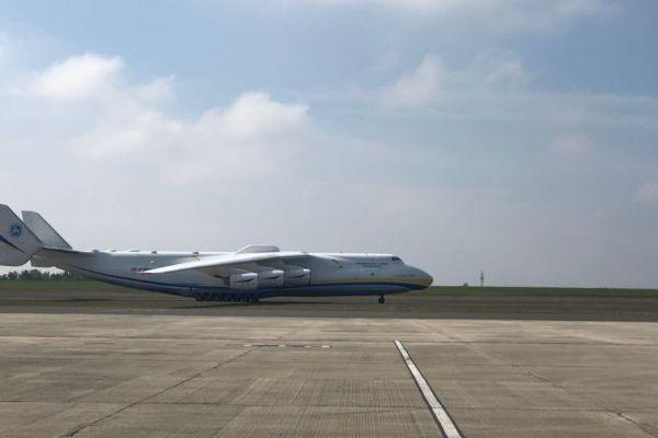 L'Antonov An-225 Mriya, d'origine ukrainienne, est le plus gros avion du monde, un seul exemplaire existe dans le monde.