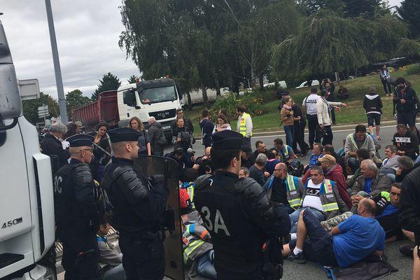 Salariés de GM&S assis devant l'entrée de PSA à Poissy