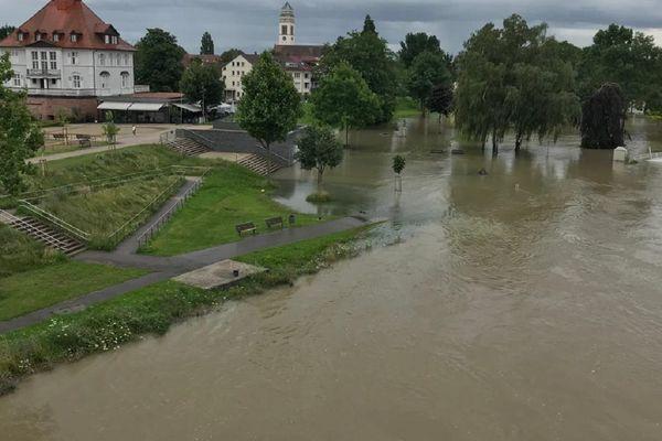 Le Rhin non-canalisé qui déborde dans un parc public de Kehl, ville allemande frontalière de Strasbourg, en juillet 2021.