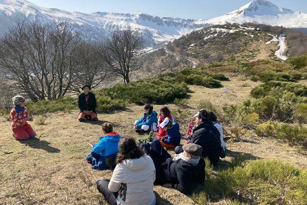 Dans les Monts du Cantal, la compagnie Ktaclop donne des représentations en pleine nature pour les vacances de février.