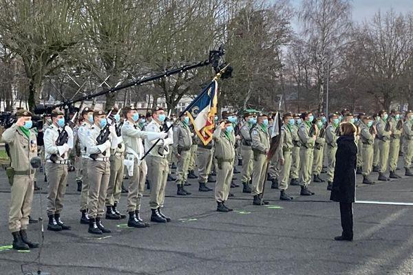 Présentation de l'étendard du 2e RH à Florence Parly, ministre des Armées