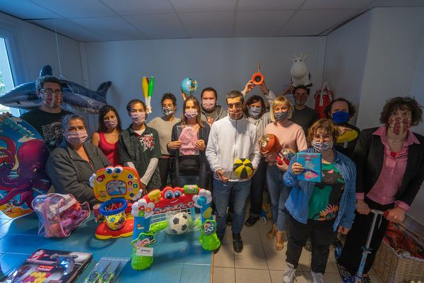 L'équipe de Ti jouets au complet lauréate des trophées bretons du développement durable.