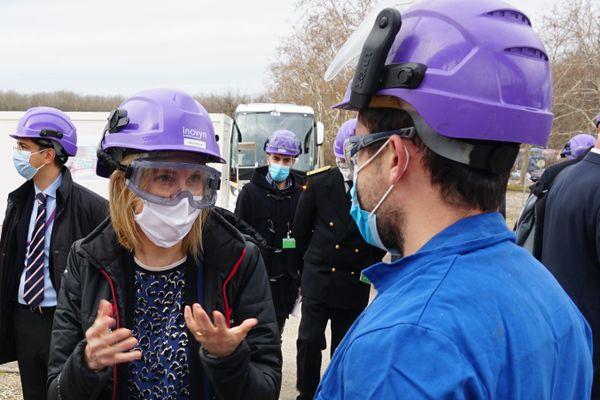 Agnès Pannier-Runacher devant le site de construction du futur site de Recompression Mécanique de Vapeur.