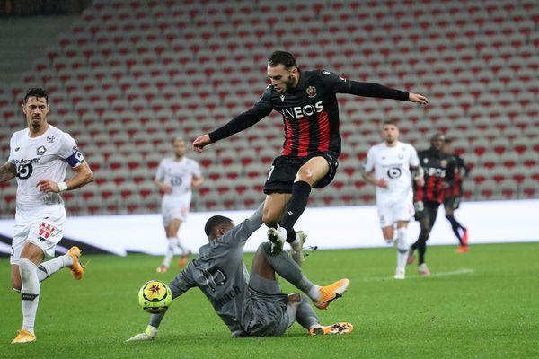Amine Gouiri, lors de la 8e journée du championnat de France de Ligue 1. Son transfert de Lyon à Nice pour 7 millions d'euros plus 15% sur la plus value d'un transfert futur, équivaut au prix d'un an de centre de formation pour l'OL.