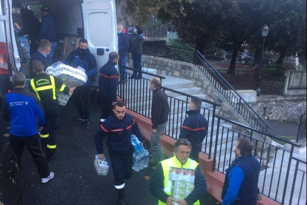 Distribution d'eau ce lundi 5 octobre à la Bollène-Vésubie par les pompiers et les gendarmes, premier acheminement par camions.