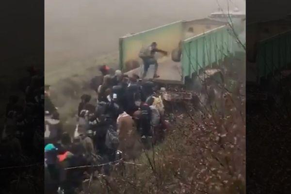 Les passagers du train Intercités débarqués en rase campagne sont secourus par un agriculteur et son tracteur près de Tonneins dans le Lot-et-Garonne.