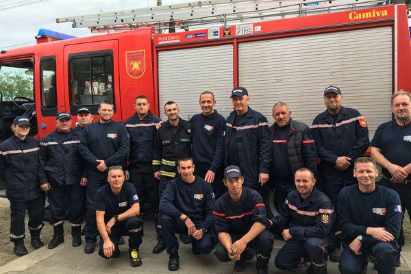 """Les pompiers d'Olari devant leur nouveau camion, accompagné de 6 bénévoles de l'association """"Pompiers Missions Humanitaires"""""""