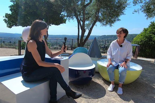 Catherine Houzé, Adjointe au maire de Saint-Paul de Vence, interviewée sur une oeuvre commune de Martine Feipel & Jean Bechameil.