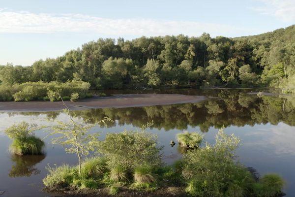 Dans la tourbière d'Heurteauville (Seine-Maritime), l'extraction reste artisanale jusqu'en 1987, puis différentes sociétés ont exploité le marais de manière industrielle.
