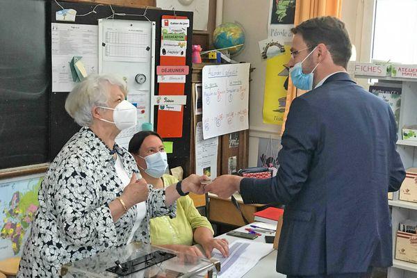 20 juin 2021- 11h15 : vote de Nicolas Mayer-Rossignol, maire de Rouen aux élections départementales et régionales