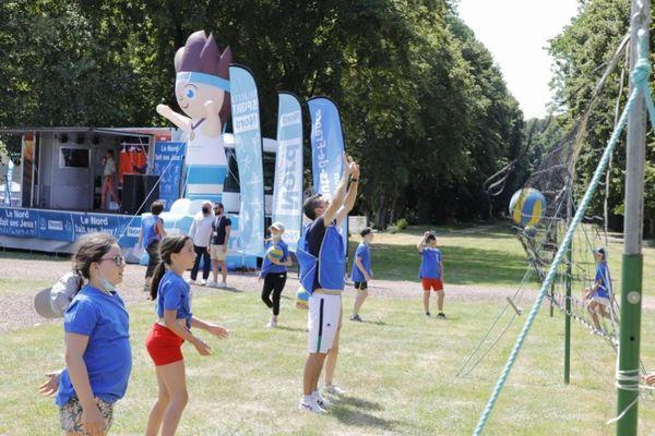 Des enfants lors d'un atelier volley-ball au CREPS de Wattignies (Nord) ce vendredi 23 juillet à l'occasion de l'événement le Nord fait ses jeux.