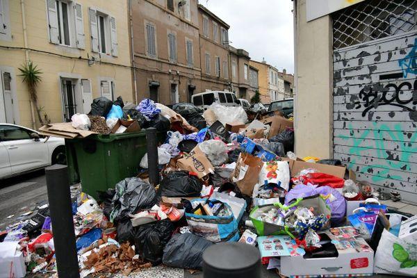 Dans les 15e et 16e arrondissements de Marseille, les poubelles continuent de s'entasser en raison de la grève du ramassage des ordures.