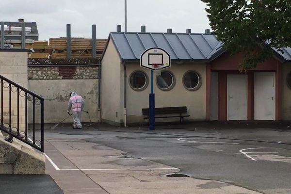 Nettoyage de la cour de l'école Franklin de Rouen le 4 octobre 2019 à 15h 10