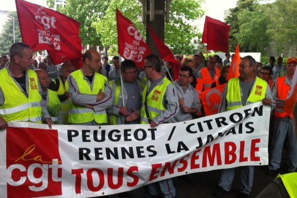 Le piquet de grève à l'entrée du site de PSA à La Janais, à Rennes