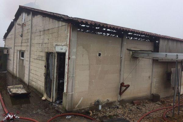 Le bâtiment détruit en partie détruit par l'incendie