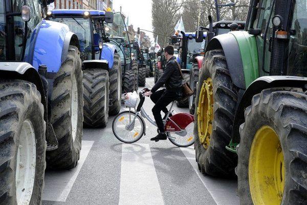 Les tracteurs envahissent la rue à Toulouse sur le chemin de la préfecture