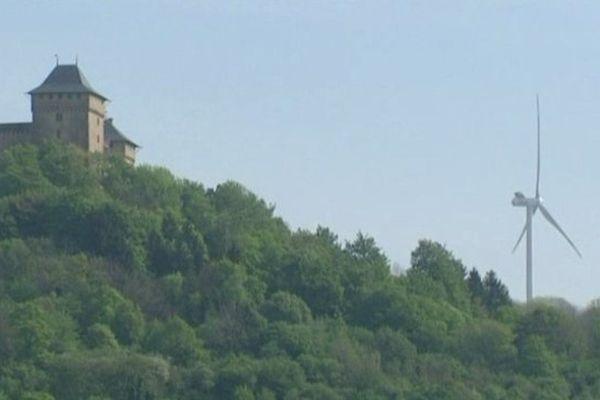 deux éoliennes, en Allemagne, à proximité du château de Malbrouck