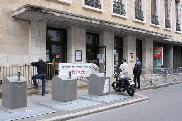 À partir du 19 mai, l'entrée du cinéma doit se faire place de la Basse Vieille Tour et celle du centre de vaccination place de la Haute Vieille Tour à Rouen