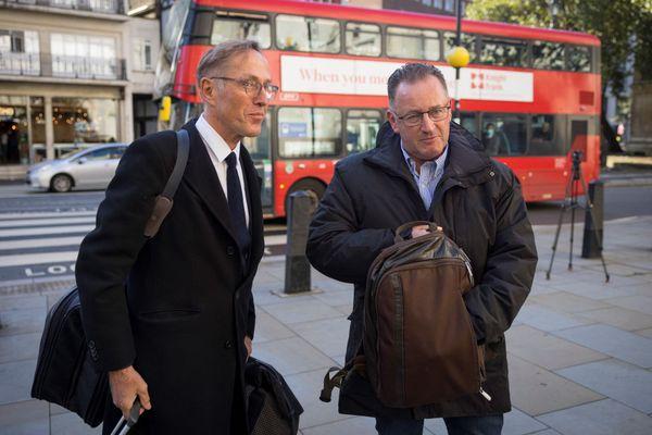 Dominique Tricaud, l'avocat des familles des marins disparus (à gauche) et Thierry Lemétayer, le fils du mécanicien du Bugaled Breizh, à leur arrivée à la Haute Cour de justice de Londres ce lundi