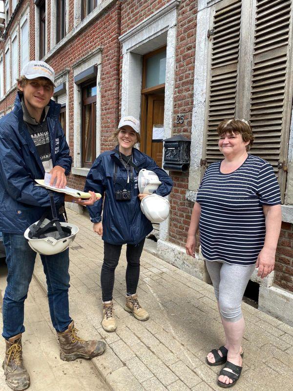 Deux membres de l'équipe d'experts de la fondation Architectes de l'urgence en mission à Verviers, auprès d'une habitante.