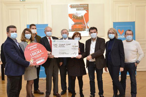 Jean-Pierre Doury, président de l'association Sport & Collection et Alain Pichon, président du département de la Vienne ont remis lundi 23 novembre un chèque de 175.000€ de dons aux cancérologues du CHU de Poitiers.