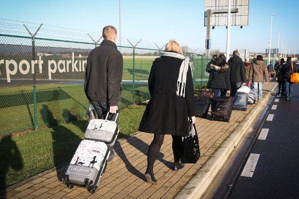 Pour accéder à l'aéroport de Charleroi ce lundi, il fallait marcher.