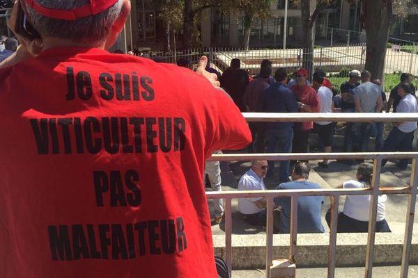 Cinq viticulteurs gardois et héraultais comparaissent devant le tribunal de Grande Instance de Montpellier pour associations de malfaiteurs. Une manifestation de soutien s'est tenue en ouverture d'audience. 18 avril 2018.