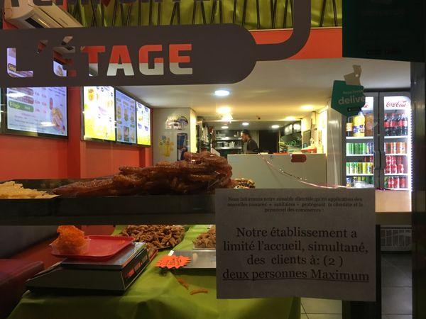 24 Avril 2020. Cours Berriat. Au 1er jour du Ramadan, seules les boutiques dites essentielles sont ouvertes, et elles affichent les consignes
