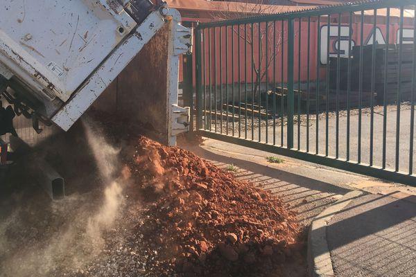 Des militants écologistes de l'association ZEA ont déversé de la bauxite non loin d'une entrée de l'usine Alteo de Gardanne (Bouches-du-Rhône).
