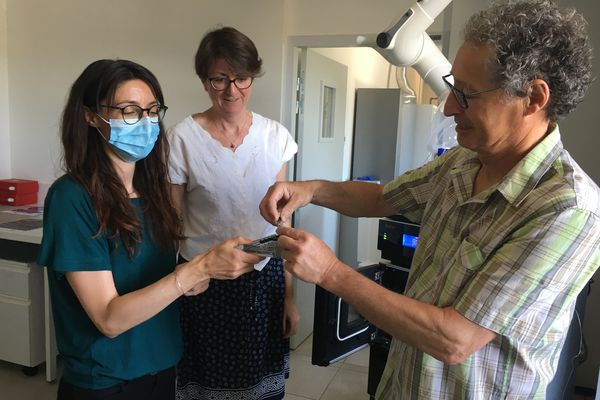 Delphine Raviglione, Annaïg Le Guen et Bernard Banaigs dans le laboratoire de spectrographie de masse et chromatographie.