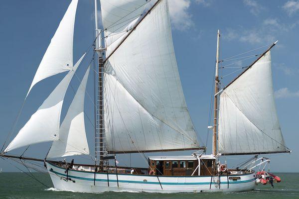 l'Arawack, 30 mètres, vainqueur de la Tall Ships Regatta. Son port d'attache est à Lormont en Gironde, sur les bords de la Garonne aux portes de Bordeaux.