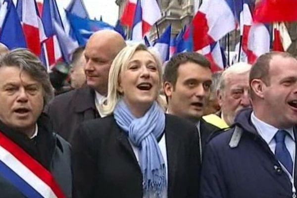 Paris - le défilé du FN en l'honneur de Jeanne d'Arc. La tête de cortège chante la Marseillaise - 1er mai 2013.