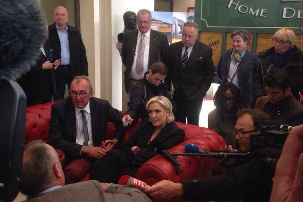 Marine Le Pen est en visite dans l'entreprise Guisnel à Dol de Bretagne