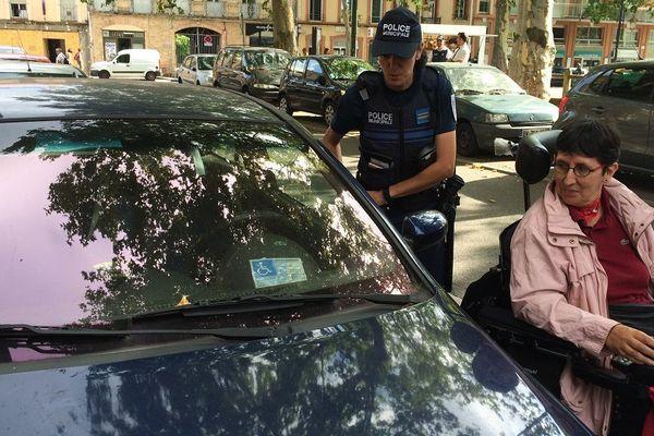 Odile Maurin, aux côtés d'une policière municipale.