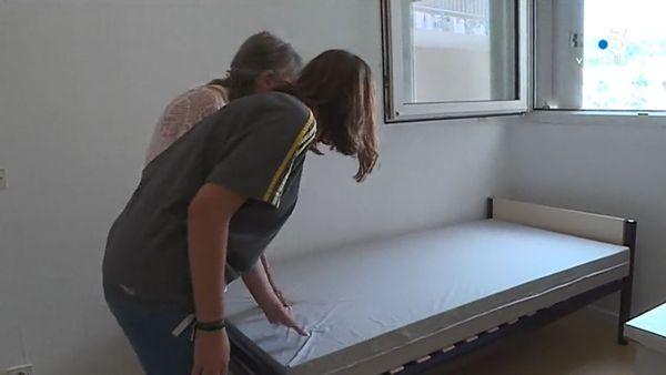 Laura et sa grand-mère font le tour du propriétaire de la chambre universitaire de la jeune fille