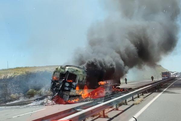 Un poids lourd s'est embrasé après une collision contre un autre camion, sur la RN à Reignac, en Charente.