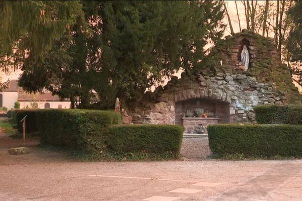 La grotte se trouve à l'avant de l'église Dompeter