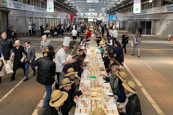 Avec 401,22 mètres de long, le marché de Rungis vient de battre le record du monde de la plus grande table.