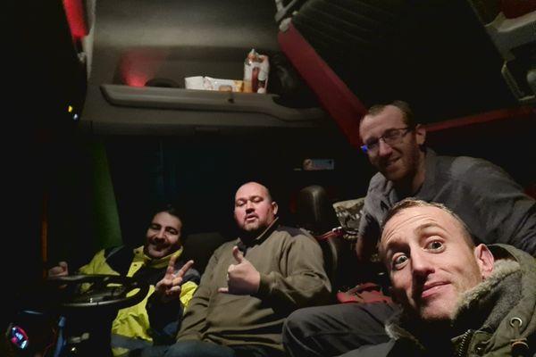 Heureusement, Sébastien rencontre trois autres français, bloqués eux aussi à la frontière.