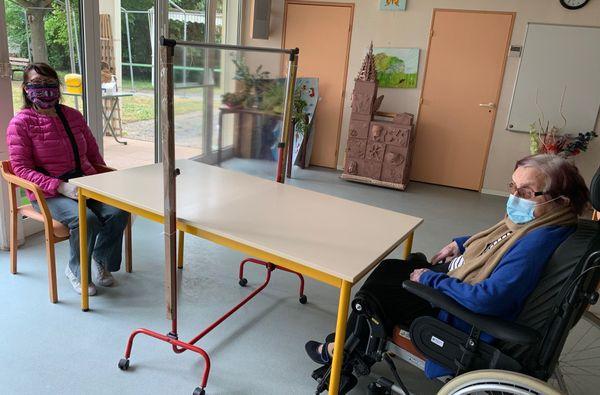 Distance délimitée au sein de l'Ehpad de la Roberstau par une table et une vitre en plexiglas. Les masques sont obligatoires comme dans toutes les maisons de retraite.