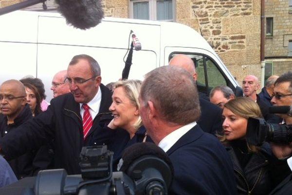 Marine Le Pen est en visite sur le marché de Fougère ce samedi matin