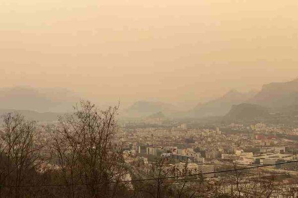 Grenoble sous un ciel jaune le 6 février dernier