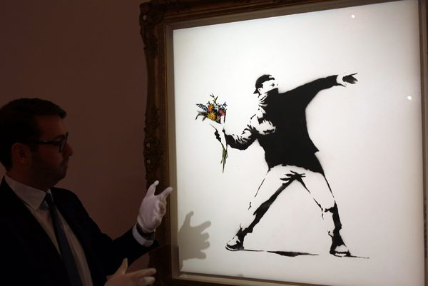 "Un exemplaire de ""Love is in the Air (Flower Thrower)"" de Banksy vendu aux enchères en 2013."