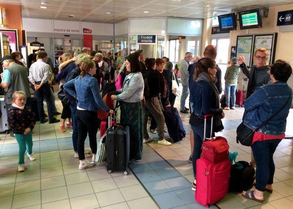 Les passagers prennent leur mal en patience en gare de Quimper ce mardi matin